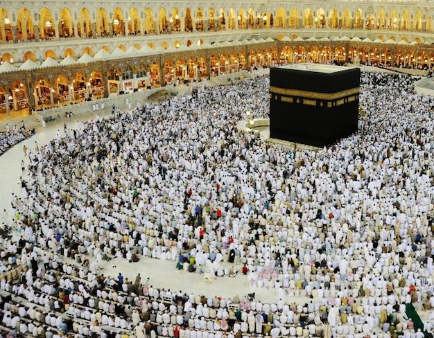 Des musulmans du monde entier prient dans la kaaba à makkah, en arabie saoudite