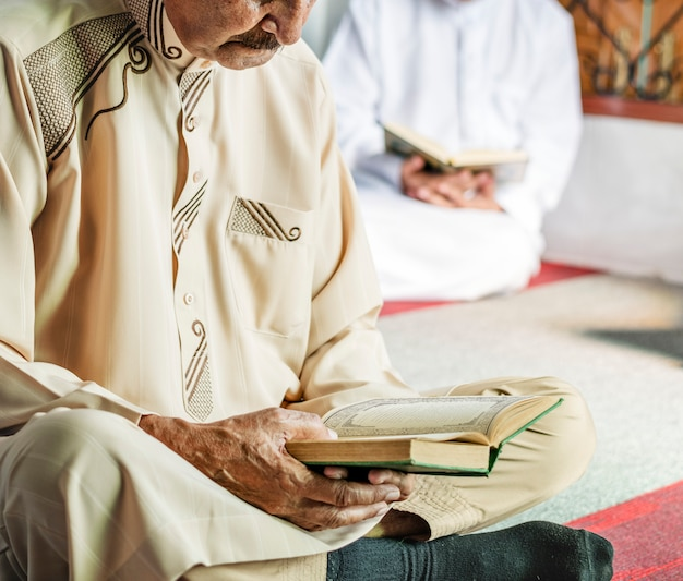 Musulmans lisant du coran