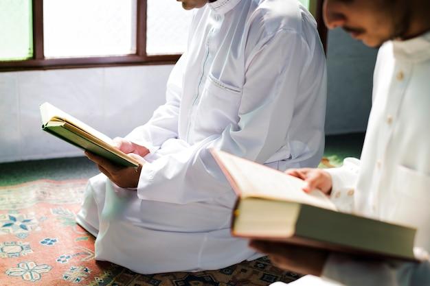 Les musulmans lisant du coran