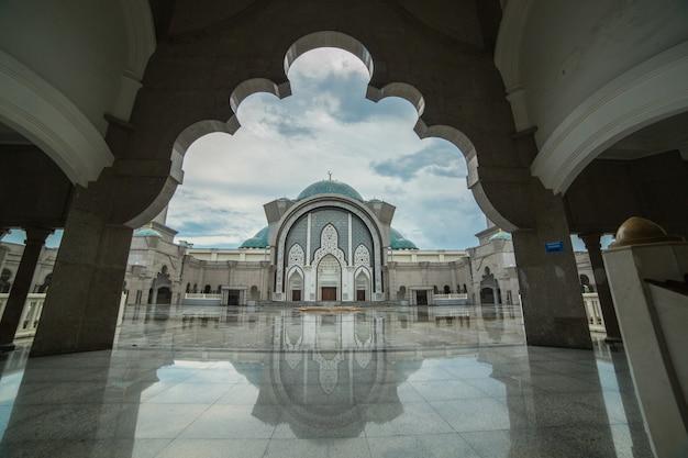 Les musulmans de malaisie prient dans la mosquée wilauah kuala lumpur. l'islam du ramadan.