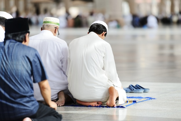 Musulmans priant ensemble à la mosquée sacrée