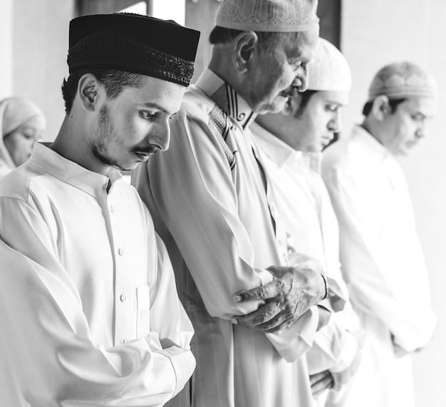 Musulmans en prière dans la posture de qiyaam