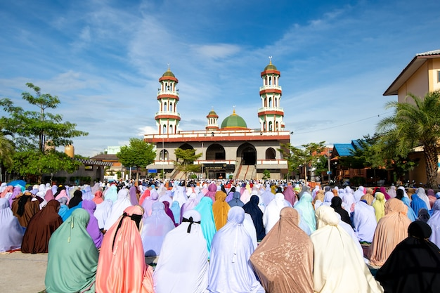 Les musulmans se réunissent pour prier les jours religieux importants.