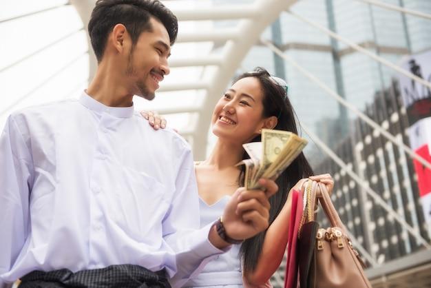 Myanmar couple shopping dans la ville