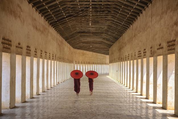 Myanmar novice moine marchant ensemble dans l'ancienne pagode bagan mandalay.