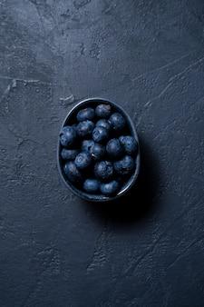 Myrtille sur ardoise noire.