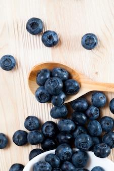 Les myrtilles bleues fraîches sont sphériques, les myrtilles peuvent être utilisées en cuisine, les myrtilles sauvages récoltées