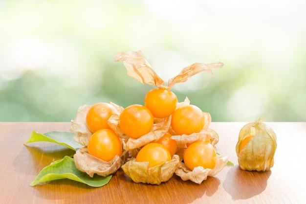 Myrtilles fraîches (gooseberry du cap), baies très délicieuses et saines, uchuva sur bois