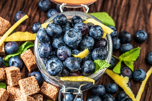 Myrtilles fraîches, sucre, citron, menthe. ingrédients pour faire de la confiture à la maison