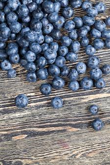 Les myrtilles sauvages récoltées, les myrtilles bleues fraîches sont sphériques, les myrtilles peuvent être utilisées en cuisine