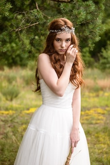 Mystérieuse mariée aux cheveux roux dans le portrait de la forêt