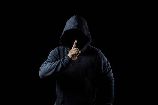 Mystérieux, inconnu dans le capot. danger dans l'obscurité. concept anonyme ou criminel