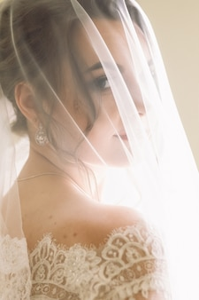 Mystérieux portrait d'une mariée cachée sous le voile