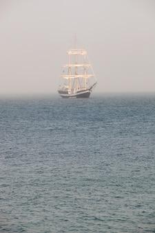 Mystérieux voilier entouré de brouillard