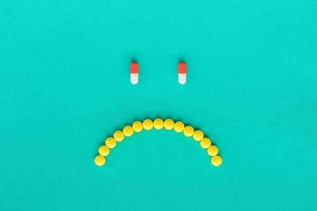 N'aime pas le visage composé de capsules et de pilules médicales