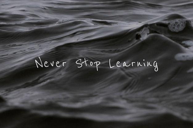 N'arrêtez jamais d'apprendre la citation sur une vague de mer