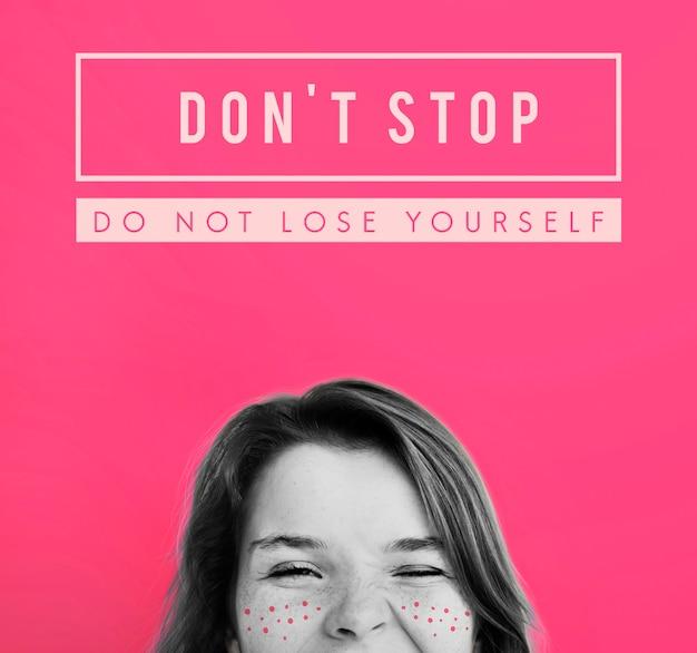 N'arrêtez pas les taches de rousseur de fille d'inspiration d'objectif