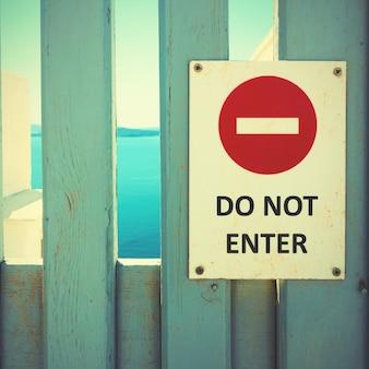 N'entrez pas de signe sur une porte en bois. style vintage