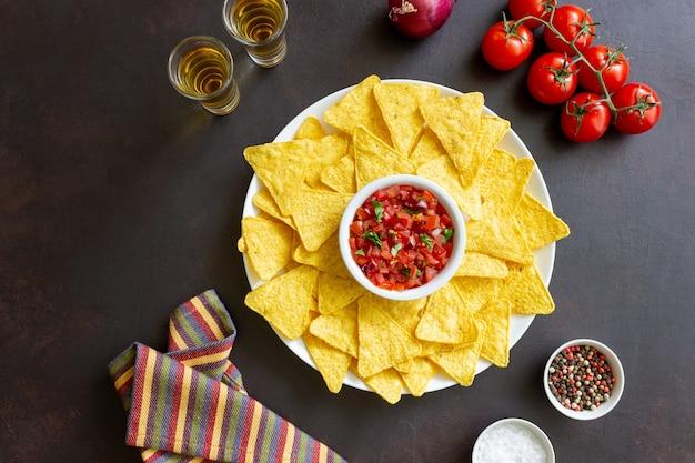 Nachos aux croustilles de maïs avec trempette à la salsa. nourriture mexicaine. la nourriture végétarienne.