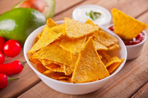 Nachos de chips de maïs mexicaines avec trempette à la salsa