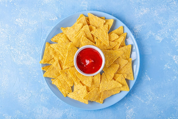 Nachos, chips tortilla de maïs avec sauce épicée