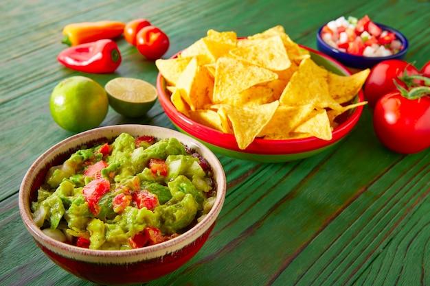 Nachos de cuisine mexicaine guacamole pico gallo chili
