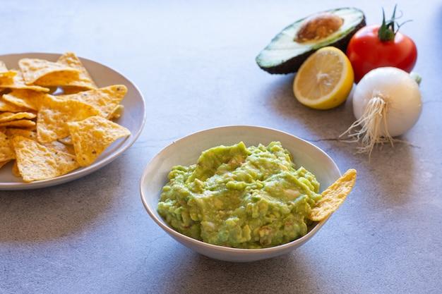 Nachos de guacamole et ingrédients de guacamole