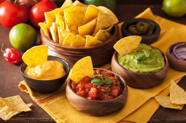 Nachos mexicains avec trempette de guacamole, salsa et fromage