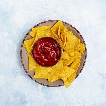 Nachos et sauce tomate sur assiette