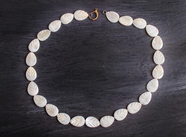Nacre blanche, perles, fond noir