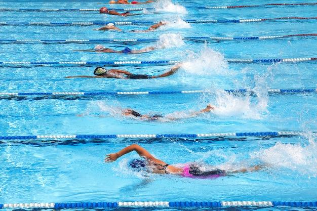 Nageant dans la piscine