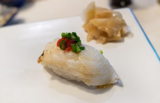 Nageoire de sushi ou de poisson plat engawa avec du riz.