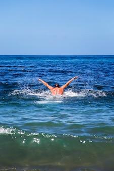 Nager dans la mer