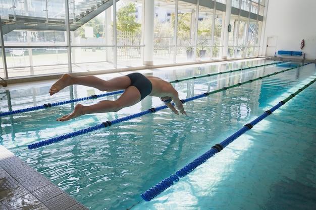 Nageur plongeant dans la piscine au centre de loisirs