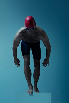 Nageur professionnel avec chapeau et lunettes en mouvement et en action
