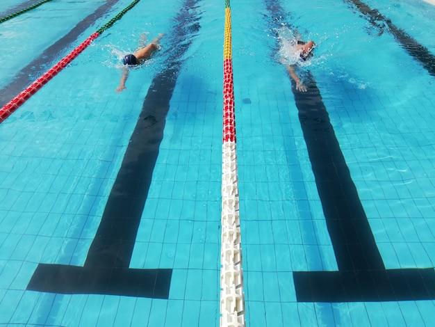 Nageurs, dans, ruelle, piscine, hommes, dans, eau