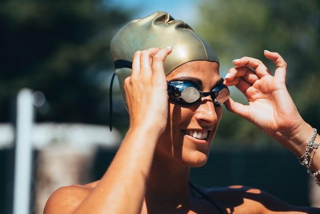Nageuse, femme, lunettes, natation, casquette