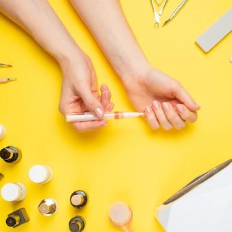 Nail art dans le luxueux salon de beauté. gel pour modeler les ongles.