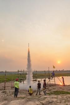 Nakhonphanom, thaïlande - 11 avril 2019 - fusée thaïlandaise vers le ciel, thaïlande festival de fusée au nord-est de la thaïlande