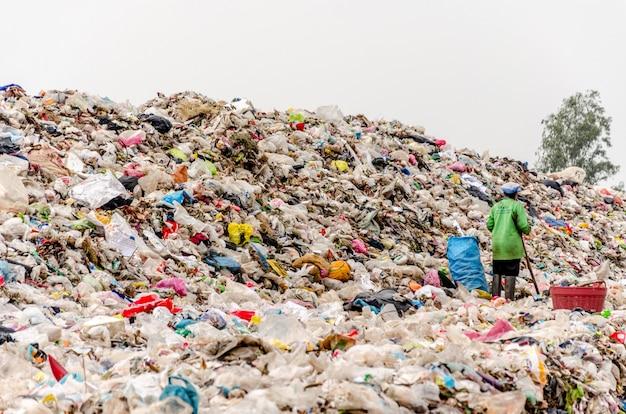 Nakonpanom, thaïlande - 22 avril: élimination des déchets municipaux par procde à décharge ouverte. décharge publique
