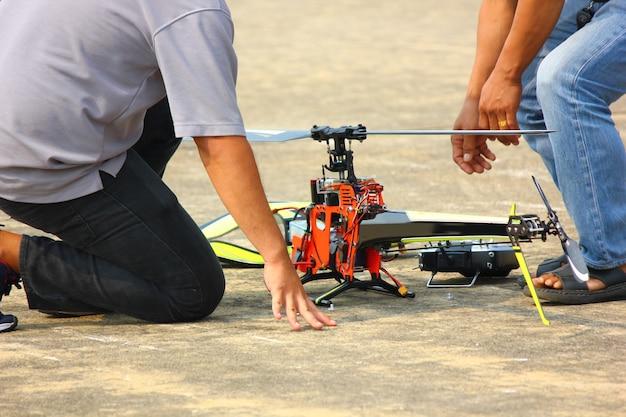 Nakornpathom, thalande-12 janvier; 2019:la journée des enfants thaïlandais a un avion radiocommandé et un spectacle d'hélicoptères à la base aérienne de kamphaeng saen