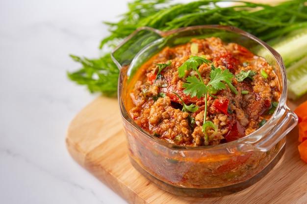 Nam prik ong, porc épicé avec salade de légumes, cuisine thaïlandaise.