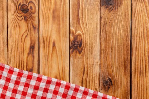 Nappe à carreaux sur table en bois