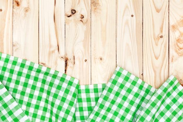 Nappe à carreaux vert sur table en bois
