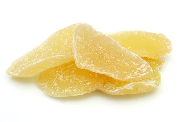 Nappe de racine de gingembre séchée avec du sucre sur fond blanc