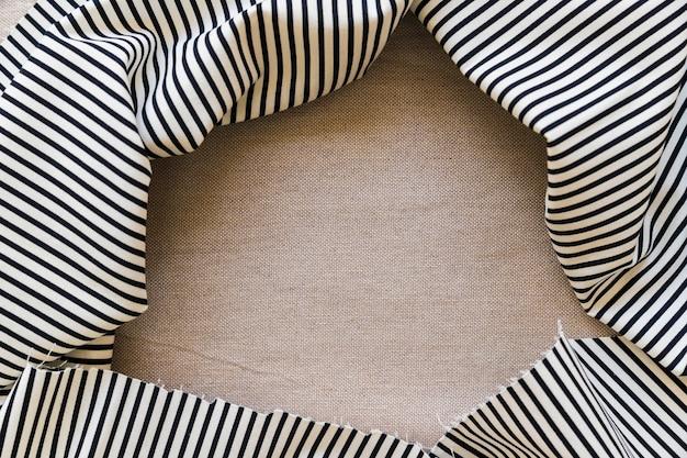Nappe à rayures noires et blanches sur textile uni