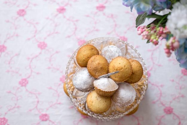 Nappe rose avec plat rose et cupcakes