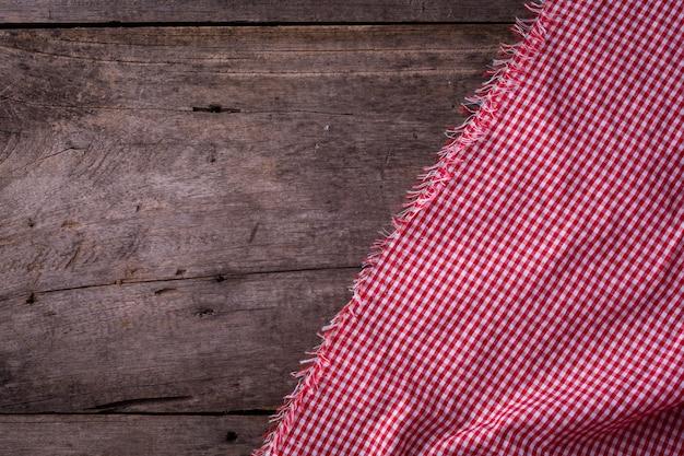 Nappe rouge sur fond en bois