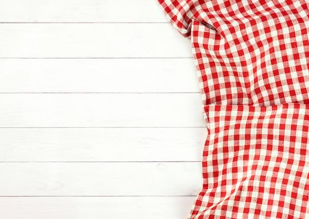 Nappe rouge sur une table en bois blanc