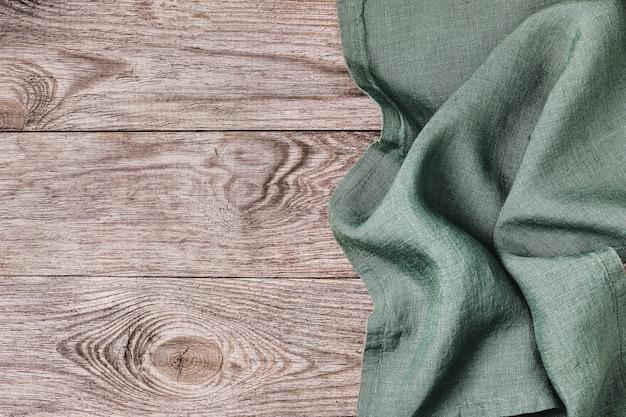 Nappe verte sur le côté droit d'une vue de dessus de table en bois
